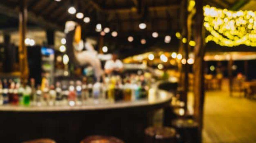 fondo-borroso-barra-bar-barman_38196-431